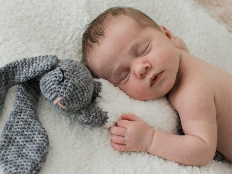 Pasgeboren meisje tijdens haar eerste fotoshoot