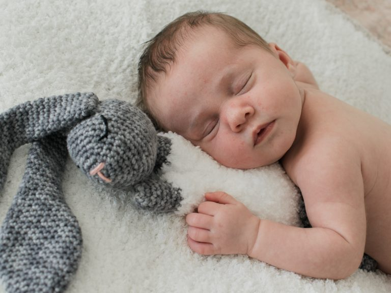 Newborn met een gehaakt knuffeltjes