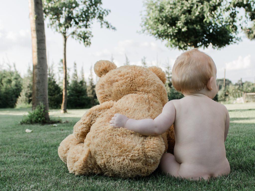 Baby meisje met haar grote knuffel