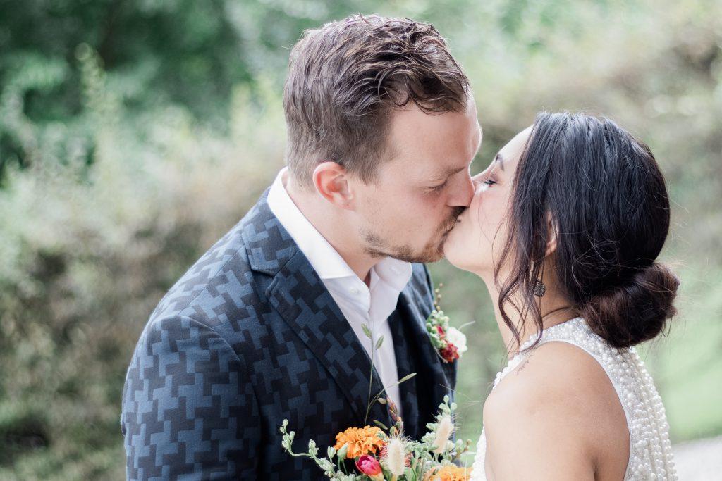 Kussend bruidspaar tijdens het eerste ontmoetingsmoment