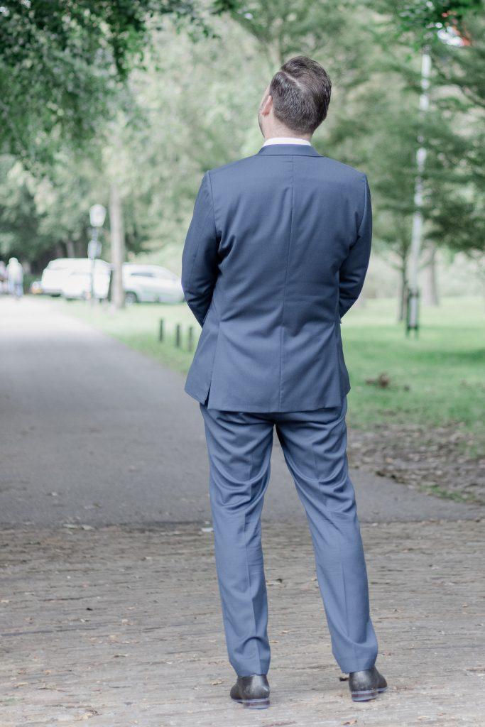 Bruidegom staat te wachten op zijn bruid