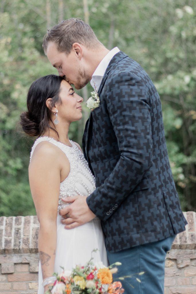 Prachtig bruidspaar tijdens hun fotoshoot