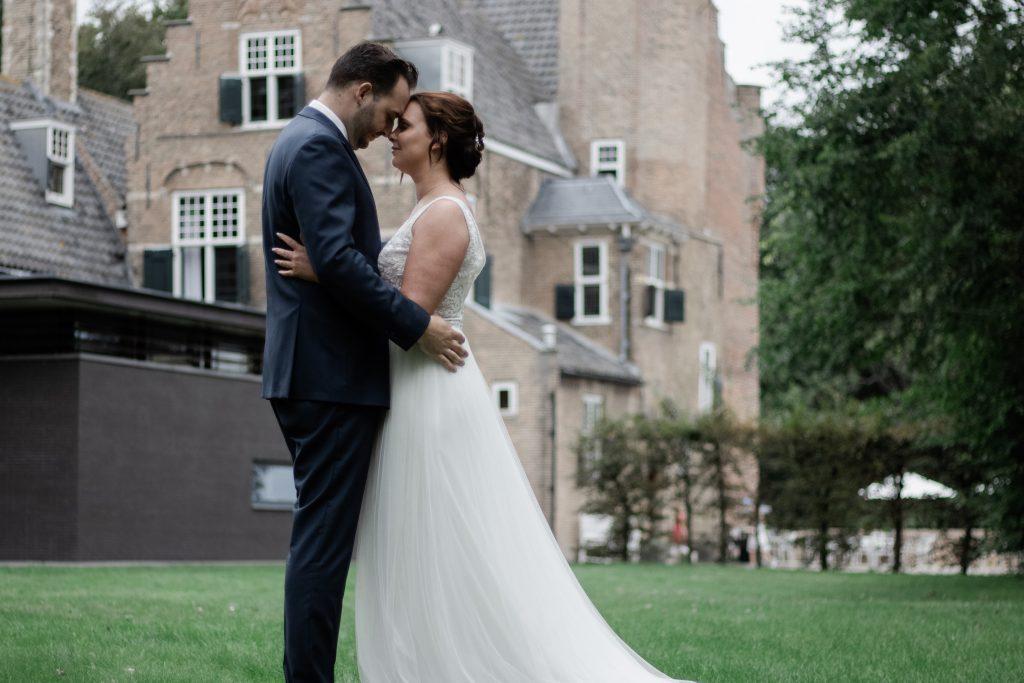 Bruidspaar tijdens hun fotoshoot