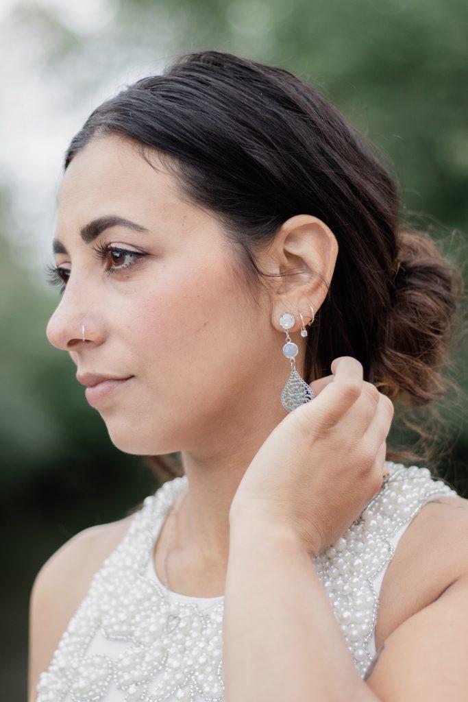 Prachtige bruid met haar zorgvuldig gekozen sieraden