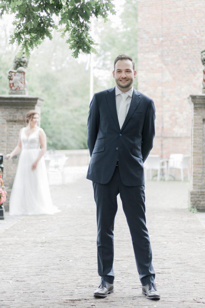 Bruidspaar in afwachting van het weerzien