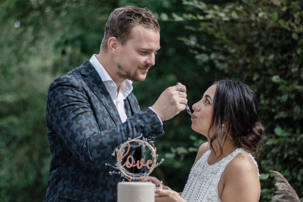 Bruidspaar tijdens het taart moment