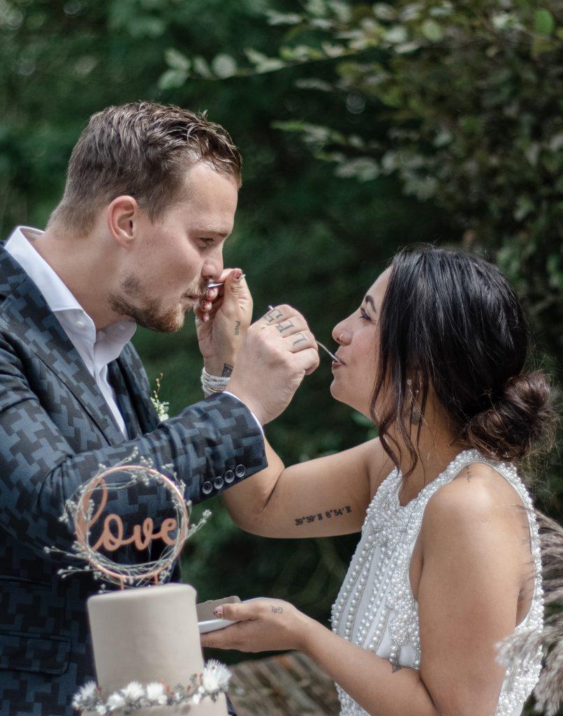 Bruidspaar neemt hun eerste hap van de taart