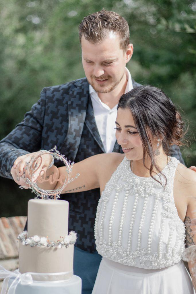 Bruidspaar tijdens het aansnijden van de taart