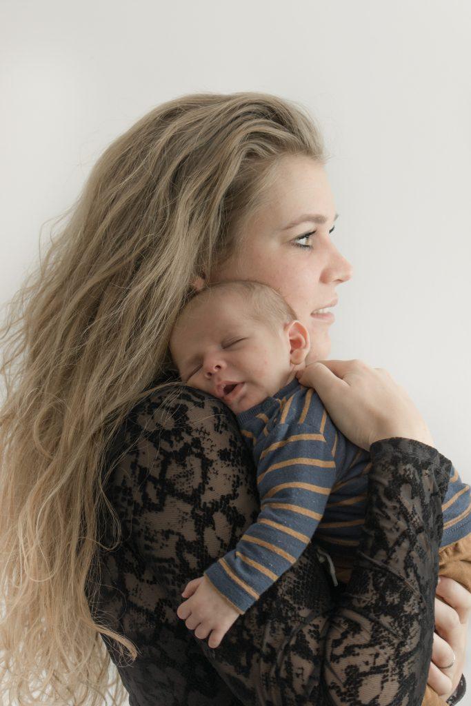 Mama met haar baby zoon