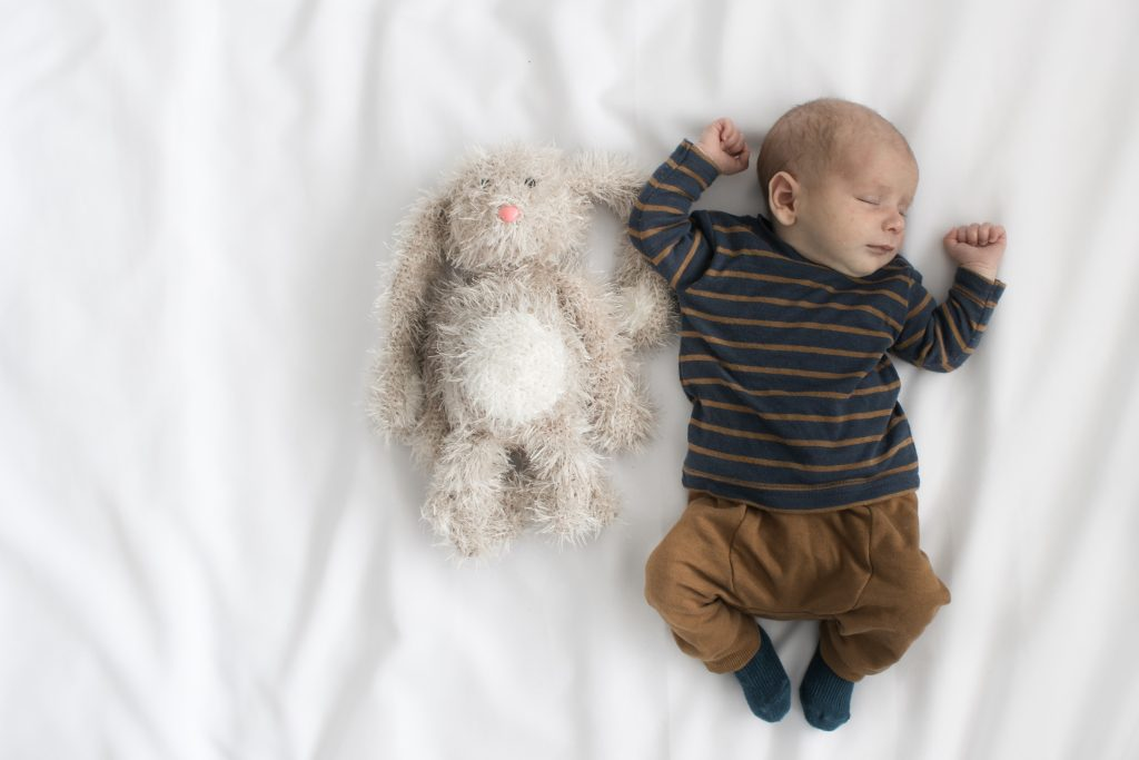 Slapend jongetje met zijn knuffel konijn